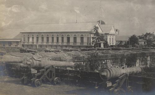 Spanish guns on the walls of Intramuros, Manila, 1898 (image)