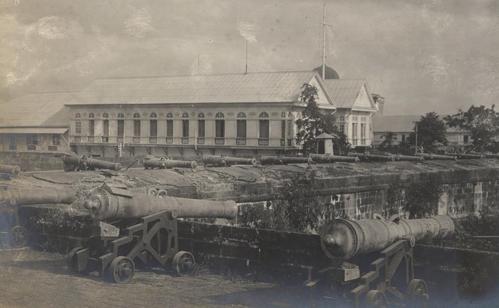 Spanish guns on the walls of Intramuros, Manila, 1898 (image)