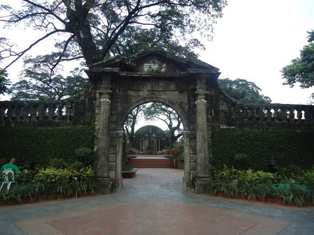 Paco Park gate, Manila (image)